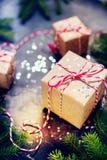 A composição festiva do Natal encaixota a fita vermelha Fotos de Stock