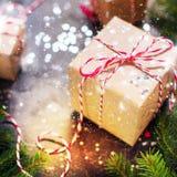 A composição festiva do Natal encaixota a fita vermelha Imagens de Stock