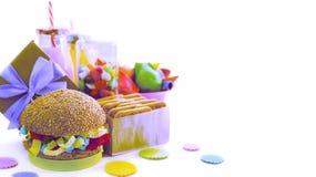 A composição festiva do surrealismo da bandeira bebe o cocktail co saturado cacto da caixa de presente dos confetes do ouropel da imagens de stock