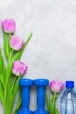 Composição flatlay dos esportes da mola com pesos e roxo azuis Fotos de Stock Royalty Free
