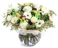 Composição floral no vidro, vaso transparente: Rosas brancas, orquídeas, margaridas brancas do gerbera, ervilhas verdes. Isolado n Imagens de Stock