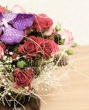 Composição Floristic de rosas vermelhas e de uma orquídea Fotos de Stock Royalty Free