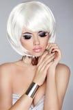 Composição fumarento do olho Bob Hairstyle branco Modelo da menina do blong da forma Fotos de Stock Royalty Free