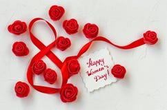 Composição internacional com muitas rosas vermelhas, seda do dia do ` s das mulheres Imagem de Stock