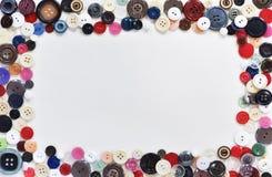 composição lisa com botões e fontes costurar no fundo branco Espa?o para o texto imagem de stock