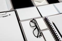 Composição lisa da configuração com artigos de papelaria no fundo cinzento Zombaria acima para o projeto imagens de stock