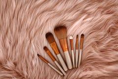 Composição lisa da configuração com as escovas da composição na pele do falso Imagem de Stock