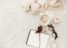 Composição lisa da configuração com copo se café e caderno foto de stock