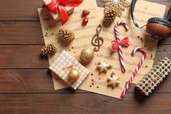 Composição lisa da configuração com decorações do Natal, folhas de música e fones de ouvido imagem de stock