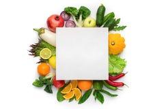 Composição lisa da configuração com legumes frescos e o cartão vazio foto de stock