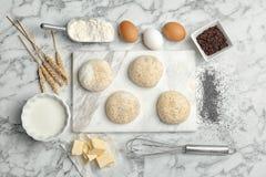 Composição lisa da configuração com massa e ingredientes do trigo imagem de stock