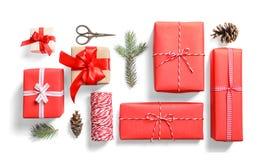 Composição lisa da configuração com os presentes do Natal no fundo branco Imagens de Stock