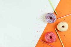 Composição mínima em cores vibrantes com os anéis de espuma brilhantes do esmalte fotos de stock