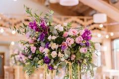 Composição magnífica do volume das flores em um casamento imagens de stock royalty free