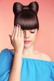 composição manicure Menina adolescente bonita com penteado e mul da curva Fotos de Stock Royalty Free