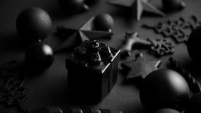 Composição minimalistic e simples do Natal na cor do preto da esteira filme
