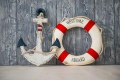 Composição no tema marinho com âncora e corda de salvamento no fundo de madeira Fotografia de Stock