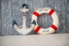Composição no tema marinho com âncora e corda de salvamento no fundo de madeira Fotos de Stock Royalty Free