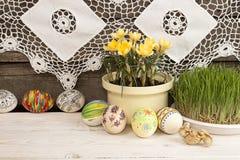 Composição para o cartão: Ovos da páscoa, açafrão amarelo, grama Fotos de Stock Royalty Free
