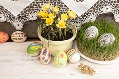 Composição para o cartão: Ovos da páscoa, açafrão amarelo, grama Imagem de Stock