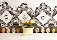 Composição para o cartão: Ovos da páscoa, açafrão amarelo, rabino Imagem de Stock