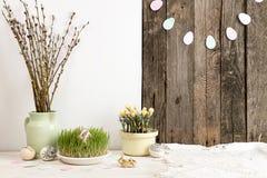 Composição para o cartão: Ovos da páscoa, ramo do salgueiro, grama Imagem de Stock