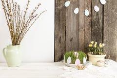 Composição para o cartão: Ovos da páscoa, ramo do salgueiro, grama Fotografia de Stock Royalty Free