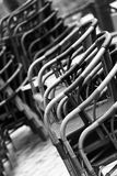 Composição preto e branco das cadeiras, fotografada na rua fotografia de stock royalty free