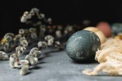 Composição rústica do estilo do fundo mínimo de easter da mola - ovos da páscoa naturalmente tingidos orgânicos, banch do salguei foto de stock royalty free
