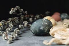 Composição rústica do estilo do fundo mínimo de easter da mola - ovos da páscoa naturalmente tingidos orgânicos, banch do salguei foto de stock