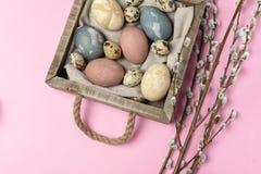 Composição rústica do estilo do fundo mínimo de easter da mola - ovos da páscoa naturalmente tingidos orgânicos fotografia de stock