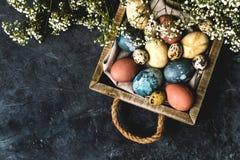 Composição rústica do estilo do fundo mínimo de easter da mola - ovos da páscoa naturalmente tingidos orgânicos imagem de stock royalty free