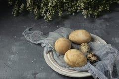 Composição rústica do estilo do fundo mínimo de easter da mola - ovos da páscoa naturalmente tingidos orgânicos imagens de stock royalty free