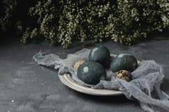 Composição rústica do estilo do fundo mínimo de easter da mola - ovos da páscoa naturalmente tingidos orgânicos foto de stock royalty free
