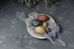Composição rústica do estilo do fundo mínimo de easter da mola - ovos da páscoa naturalmente tingidos orgânicos fotos de stock royalty free
