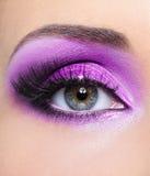 Composição roxa do olho da mulher imagens de stock