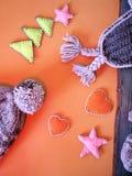 Composição sazonal de produtos feitos malha de lãs e da decoração feito a mão sentida imagem de stock royalty free