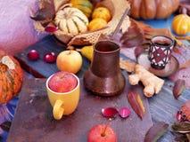Composição sazonal decorativa das folhas de outono brilhantes, das abóboras, das maçãs e das pétalas cor-de-rosa em uma tabela de foto de stock royalty free