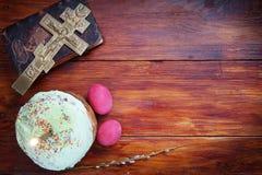 Composição sobre Christian Easter com ovos e o bolo vermelhos Imagens de Stock Royalty Free