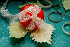 Composição vegetal, ainda vida dos tomates vermelhos, folhas da couve verde fresca Fotos de Stock Royalty Free