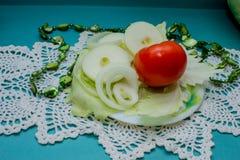 Composição vegetal, ainda vida dos tomates vermelhos, folhas da couve verde fresca Imagem de Stock
