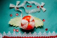 Composição vegetal, ainda vida 22 dos tomates vermelhos, folhas da couve verde fresca, close up em um backg Imagens de Stock Royalty Free