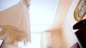 Composição - vestido de casamento em uma parede azul cinzenta com decoração e acessórios vídeos de arquivo