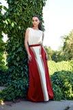 Composição vestindo do brilho do sol do parque da caminhada do vestido da mulher 'sexy' bonita Foto de Stock Royalty Free