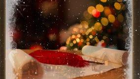 Composição video com neve sobre a sala com as decorações do Natal vistas através da janela gelada video estoque