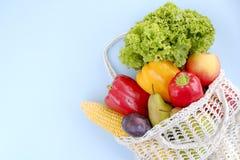 Composições de Minimalistic com grupo de frutas e legumes diferentes no saco reciclável da corda imagem de stock royalty free