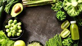 Composi??o de alimento saud?vel verde com abacate, br?colis, ma??, batido video estoque
