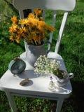 Composi??o floral no jardim fotografia de stock royalty free