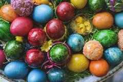 Composi pintado y adornado de los huevos de Pascua, colorido y abstracto Imagen de archivo libre de regalías