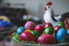 Composi pintado y adornado de los huevos de Pascua, colorido y abstracto Imagen de archivo